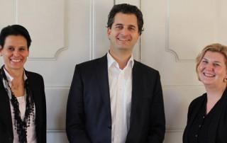 """Dr. Markus Gramann mit den frischgebackenen Absolventinnen des Universitätslehrgangs """"Akademischer Immobilienmanager"""" Dr. Barbara Borns und Petra Wieser, MA (v.l.n.r.)"""
