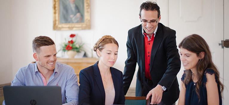 Univ.-Prof. Dr. Thomas Schneidhofer mit Studierenden